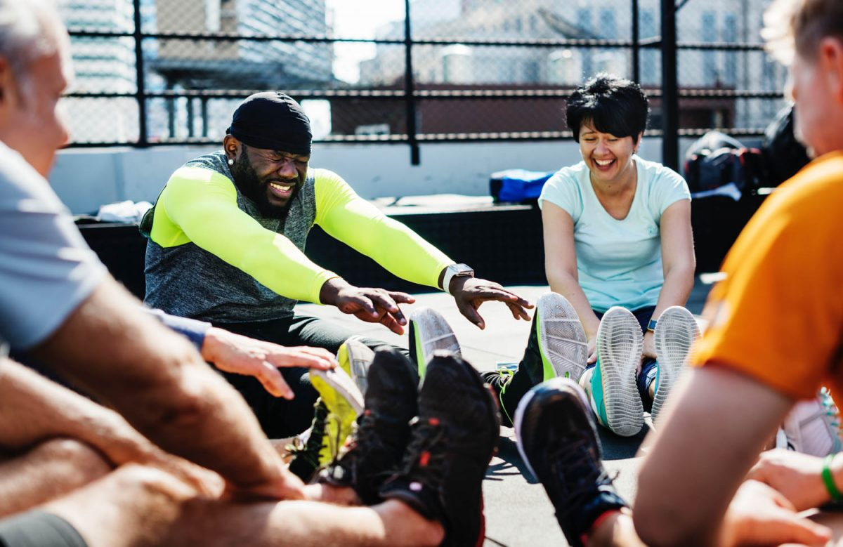 Skupina ľudí zaoberajúcich sa cvičením