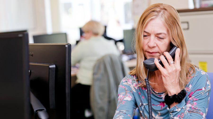 Moterų klientų aptarnavimo patarėja, kalbanti telefonu