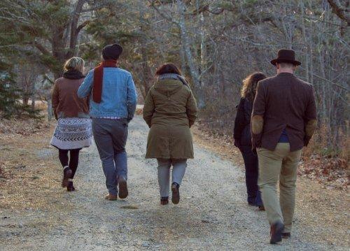Een groep mensen lopen