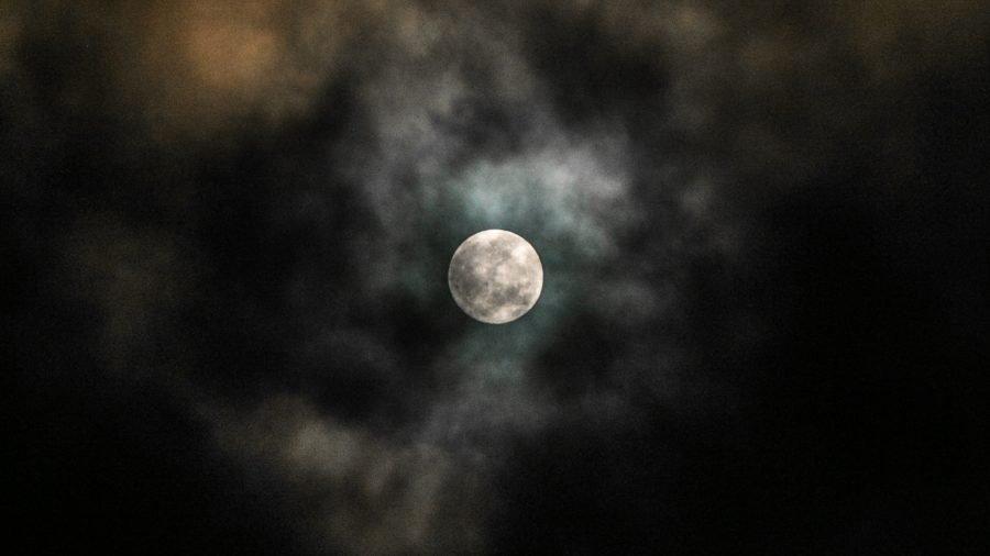 Úplněk vidět skrz mraky